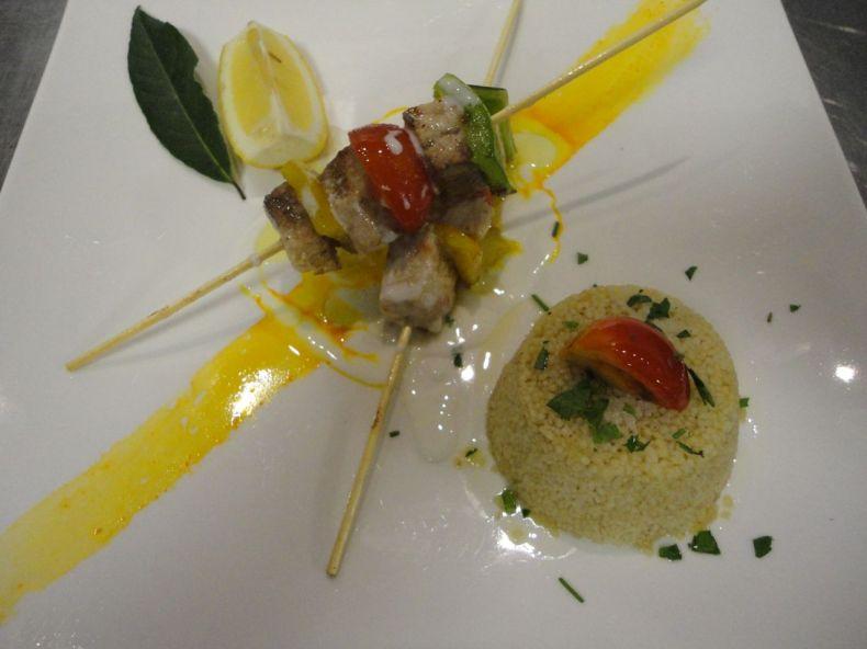 la variazione della ricetta gourmet di shady hasbun kilik shish di pesce spada con couscous e yogurt